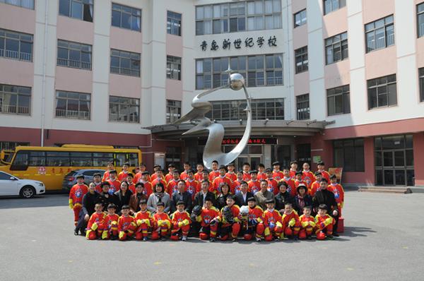 青岛新世纪学校冰球队昨成立 省内首支校级队