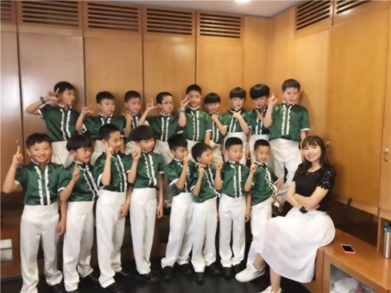 西韩小学春芽合唱团母亲节在青岛大剧院精彩演出