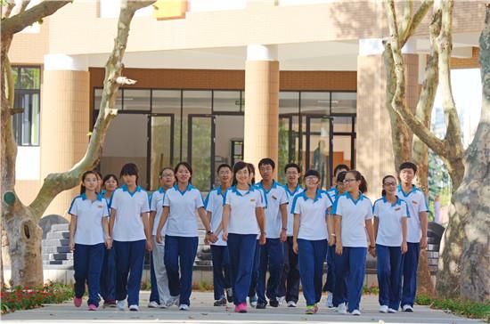 青岛二中分校的教育独辟蹊径,卓尔不群,他颠覆了人们对学校功能的